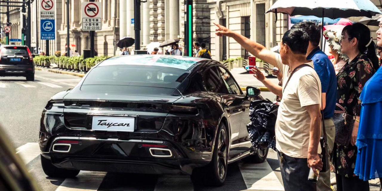 El Porsche Taycan (casi) al descubierto en Shanghái