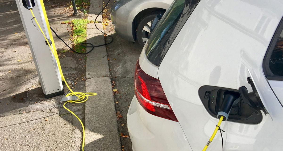 La carga rápida de coche eléctrico puede ser más cara que la gasolina según OCU