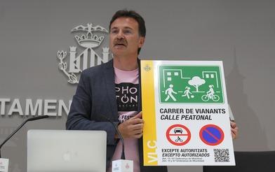 Giusseppe Grezzi durante la presentación de los paneles informativos