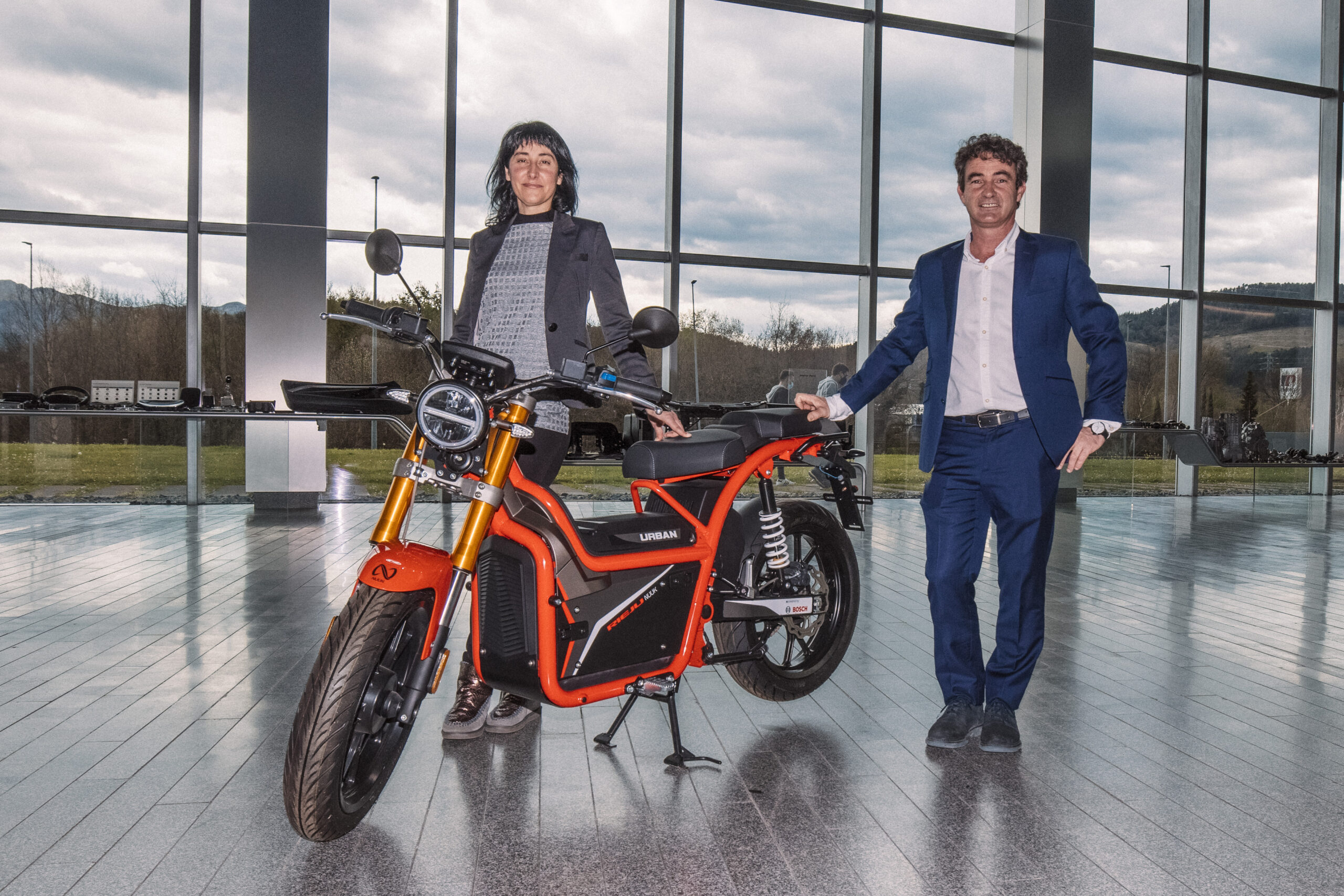 Nuuk Mobility Solutions - Ixone B usturia junto a Martín Calzada