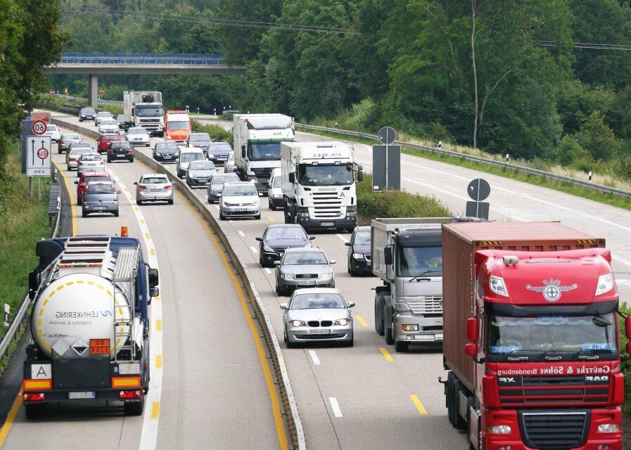 La UE aprueba rebajar los peajes para los camiones de 'cero emisiones'