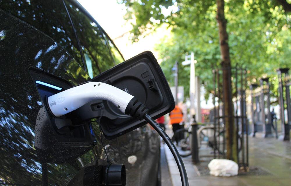 Un estudio revela los 'puntos de inflexión' para el impulso de los coches eléctricos