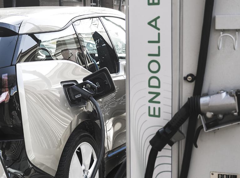 Barcelona cobrará a los vehículos eléctricos por recargar en puntos públicos