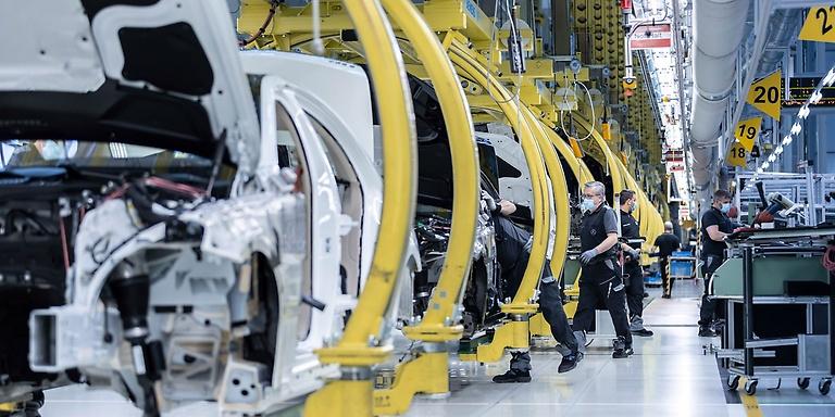 Alemania anuncia ayudas millonarias para el automóvil y Reino Unido prohibirá en 2030 vender los de combustión