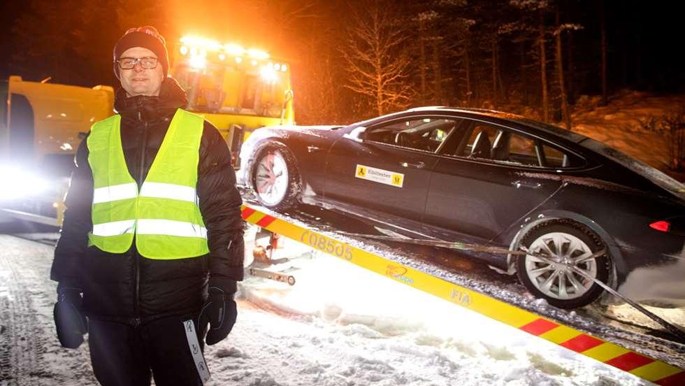 El piloto de pruebas Nils Sødal junto el vencedor de la prueba, el Tesla Model S. Foto: Tomm W. Christiansen