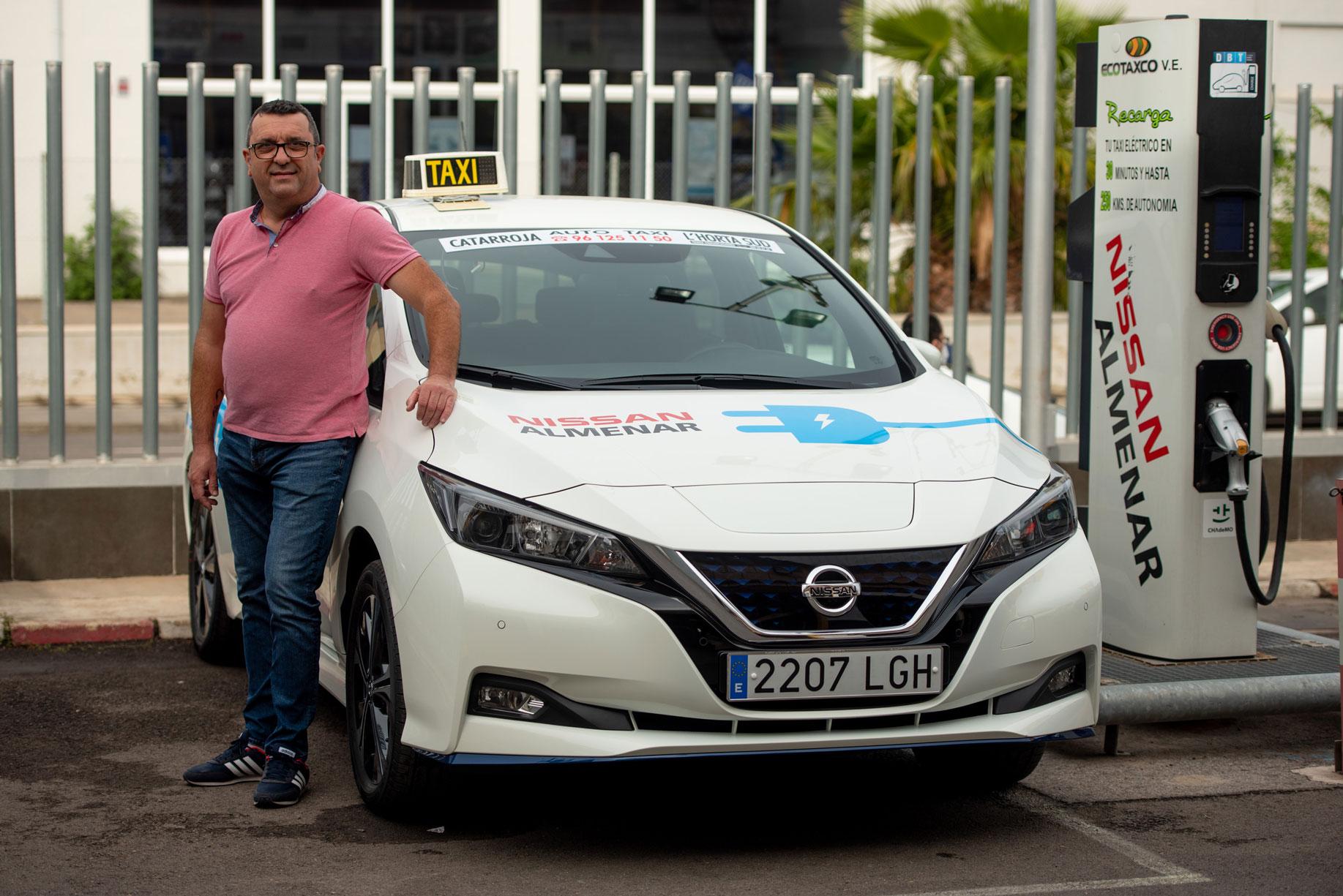 Javier Pérez y su taxi Nissan Leaf.