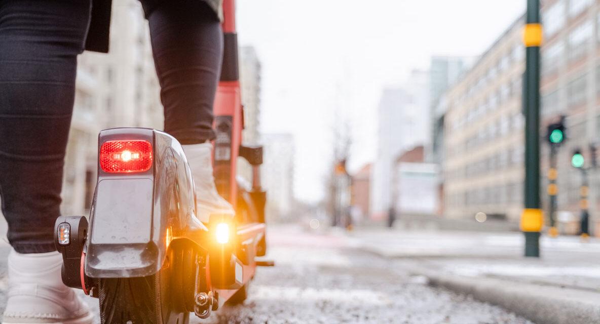 El Congreso pide que conductores de patinetes lleven reflectantes de noche
